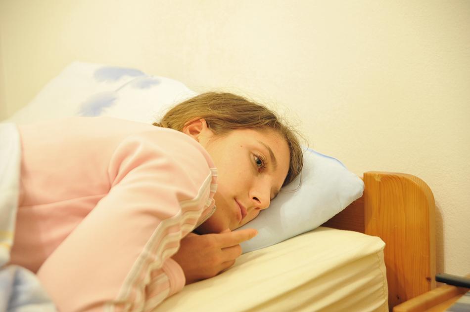 ženska leži v postelji
