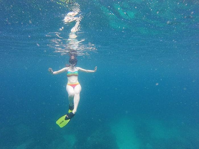 ženska s plavutkami in masko pod vodo