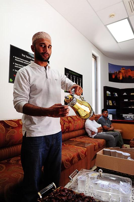 muslimanski moški toči kavo