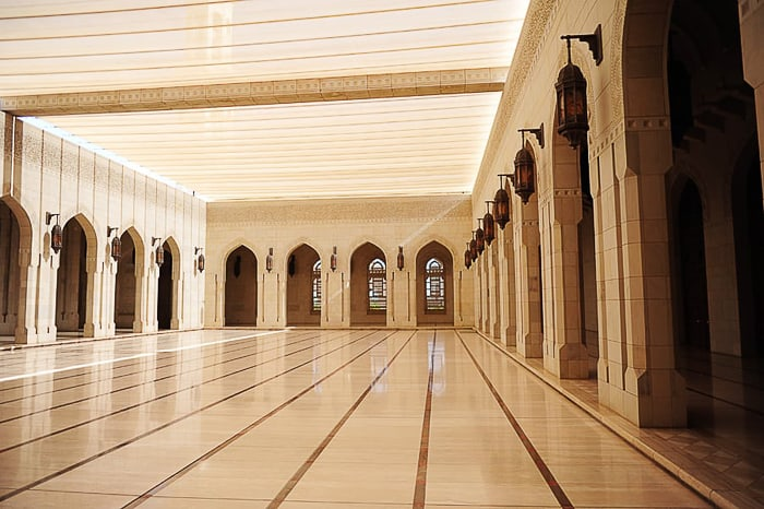 pokrit atrij mošeje Sultan Qaboos Grand Mostque, Muškat, Oman
