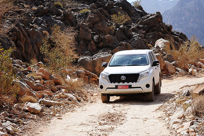 toyota prado 4x4 avto na makadamski cesti preko gorovja AL Hajar, Oman