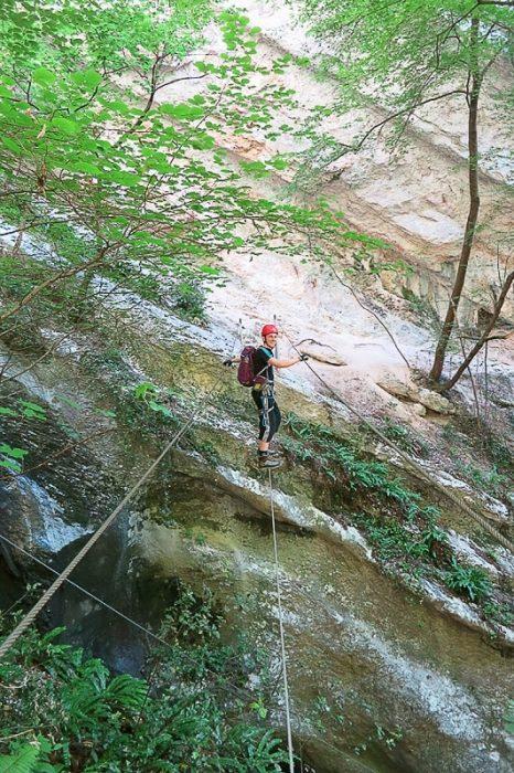 moški na visečem mostu iz jeklenic