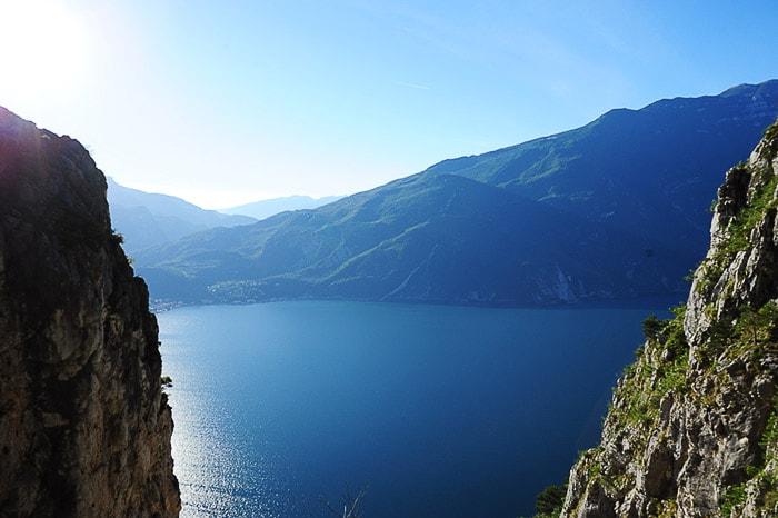 pogled na gardsko jezero med dvema skalama