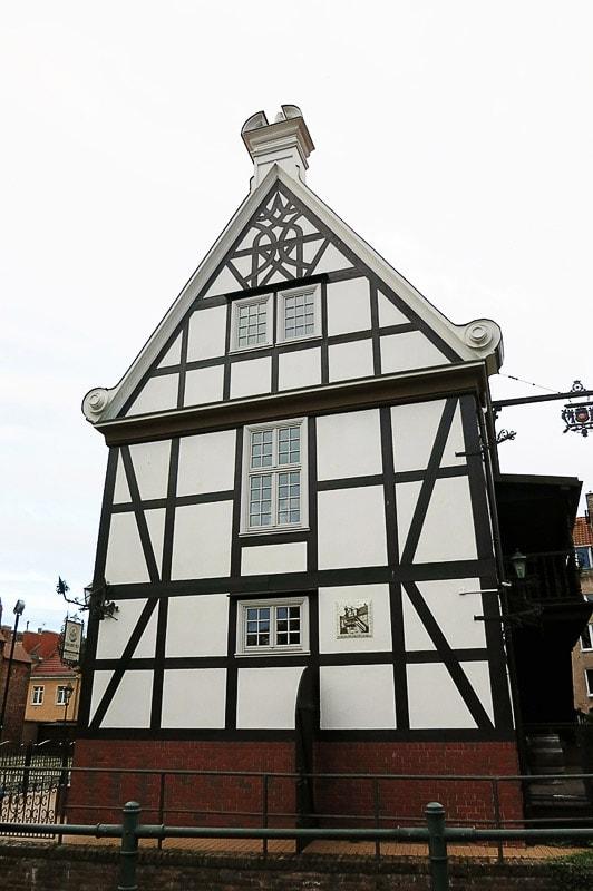 lesena hiša z lesenimi podporniki v gdansku