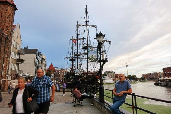 turisti ob starodavni ladji v Gdansku