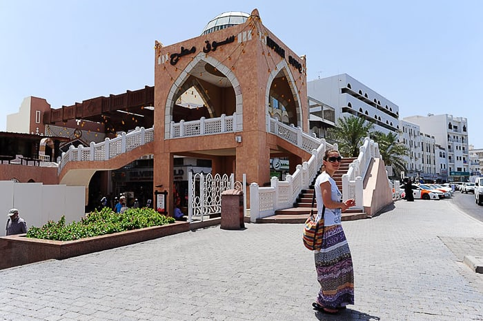 ženska v Omanu pred tržnico Mutrah souq