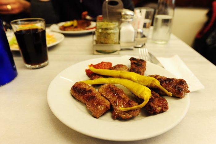 turške mesne kroglice s feferoni na krožniku