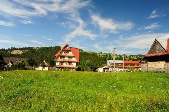 alpska hiša s strmo streho ob vznožju slovaških Tatr