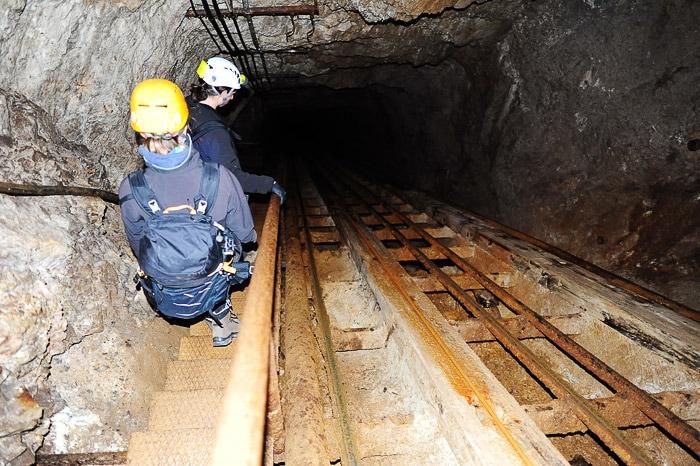 skupina ljudi se spušča v rudnik Mežica