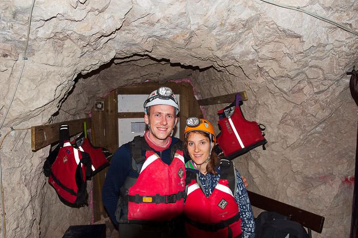 moški in ženska v jamarskih oblekah pred spustom v rudnik Mežica