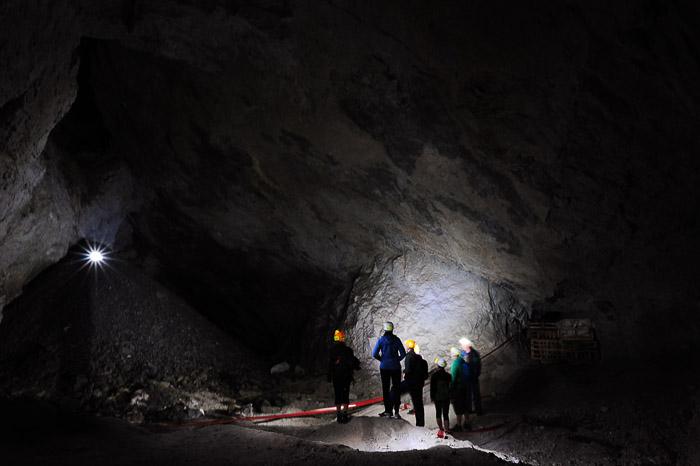 skupina ljudi si ogleduje rudnik Mežica