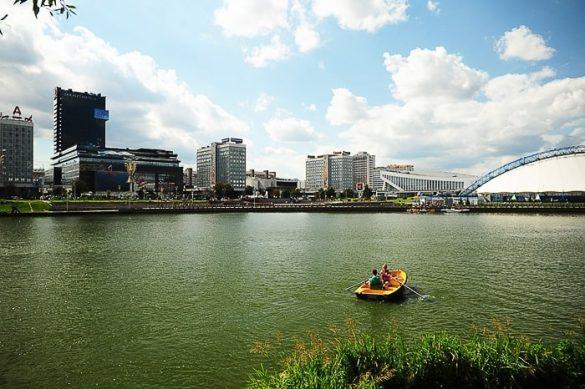 oranžen čoln na reki v mestu Minsk