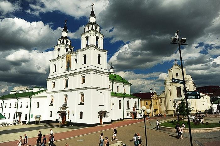 katedrala sv. duha, v minsku. Bela baročna cerkev na trgu