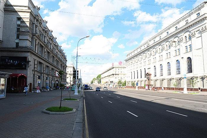 široka cesta v mestu Minsk