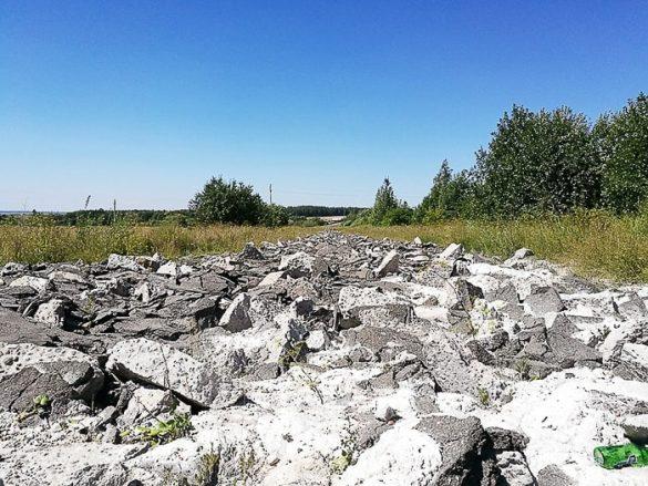 popolnoma uničena asfaltna cesta