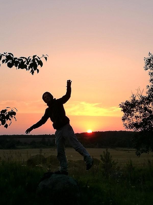 obris človeka pred zahajajočim soncem