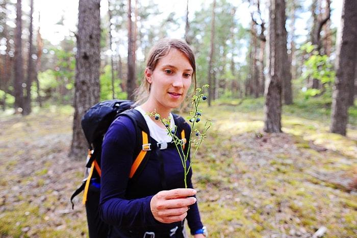 ženska v roki drži rožo