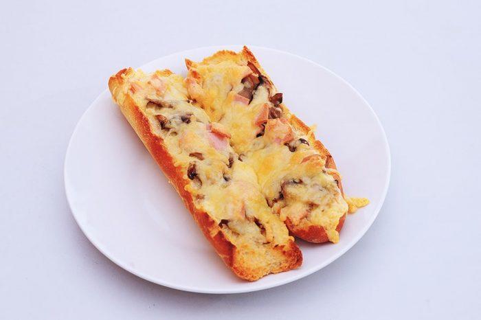 zapečena bageta s sirom in gobami
