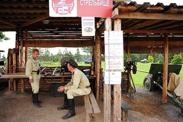 sovjetski vojaki sedijo v leseni koči