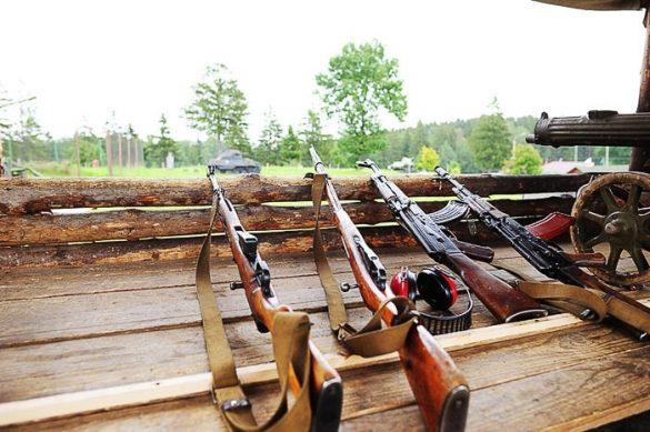 puške prislonjene na rob opazovalnice