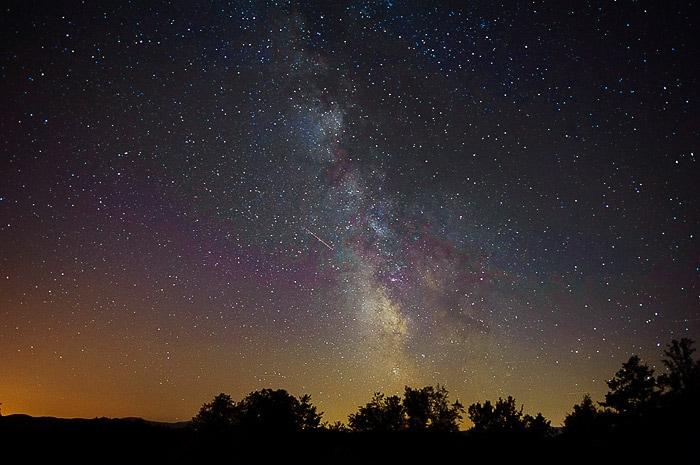 nočno nebo z mlečno cesto