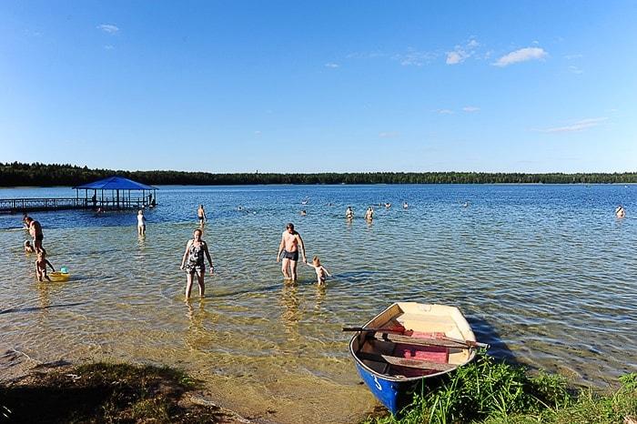 Poletje ob jezeru. Ljudje se kopajo v jezeru Svicjaz, Belorusija