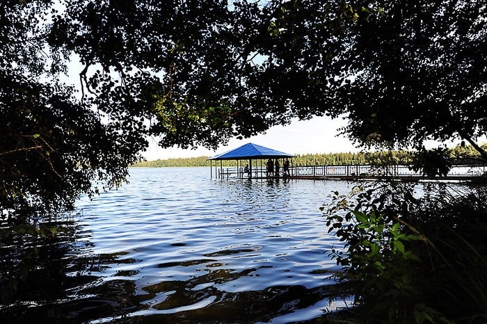 paviljon sredi jezera