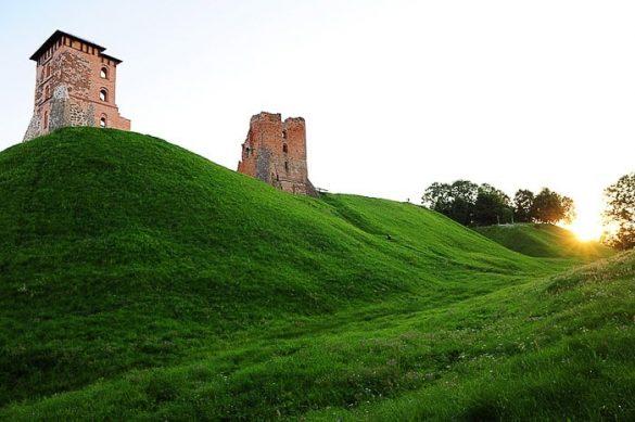 ruševine gradu na travnatem griču