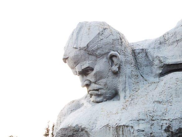 kamniti kip mrkega sovjetskega vojaka, trdnjava herojev, brest, belorusija
