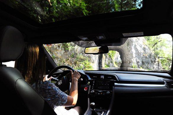 ženska za volanom na cesti do Predmeje