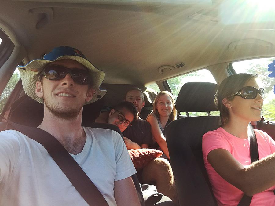 skupina potnikov v avtomobilu