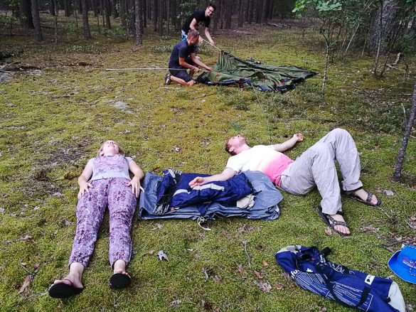 užitek na mehkem mahu, kampiranje