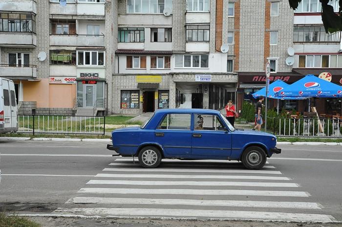 moder avto moskvič na cesti v Ukrajini