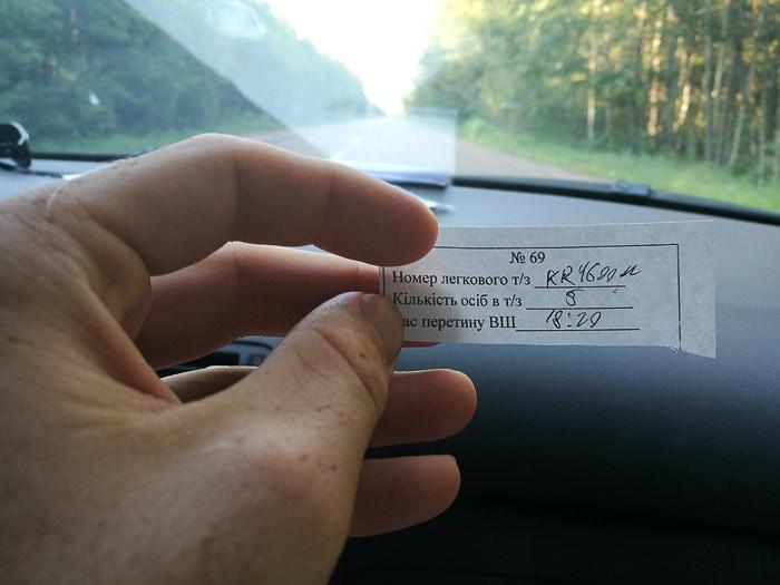 listek s podatki o avtomobilu in potnikih na ukrajinski meji