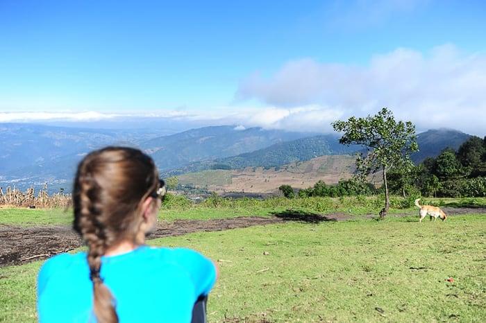 ženska in razgled na gvatemalske gore