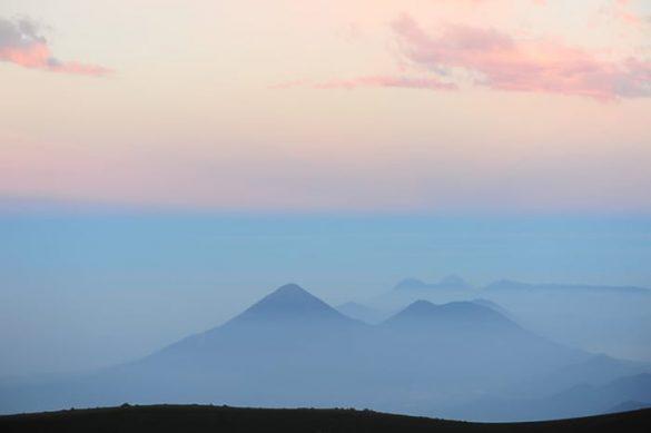 gvatemalski vulkani ob sončnem vzhodu