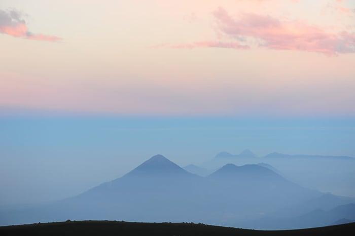 vulkan v Gvatemali ob sončnem vzhodu