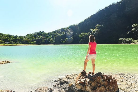 ženska na robu zelenega jezera Laguna de Alegria