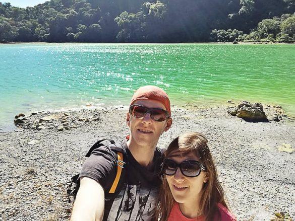 moški in ženska pred zelenim jezerom Laguna de Alegria, Salvador