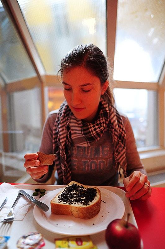 ženska pri zajtrku
