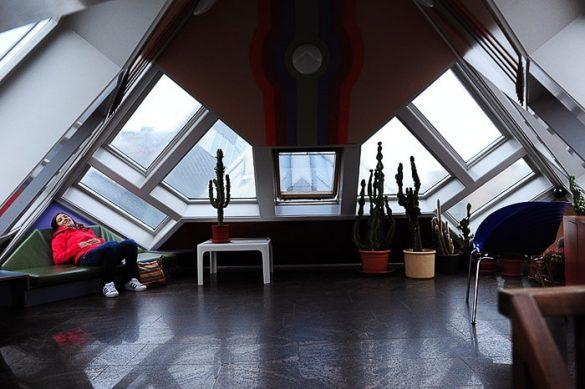 podstrešna dnevna soba v cube house