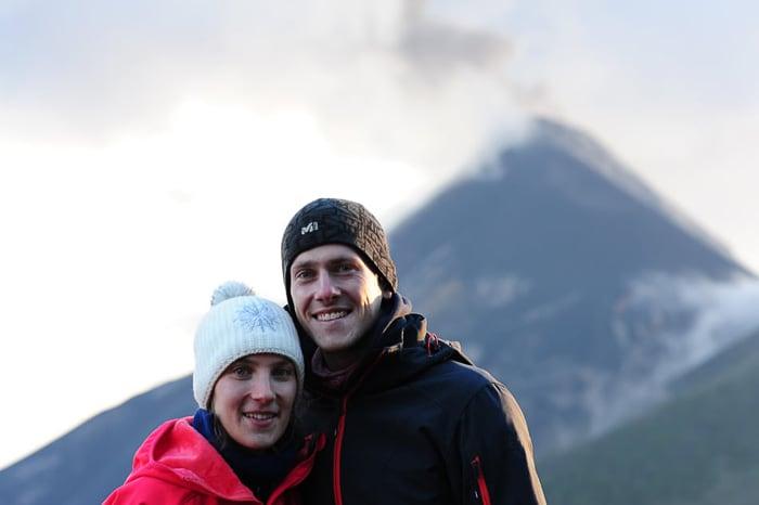 moški in ženska na vulkanu Acatenango