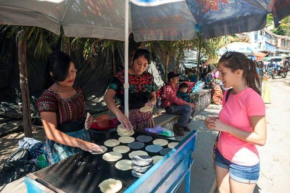 domačinke v Gvatemali prodajajo tortille