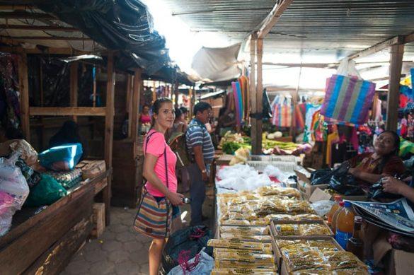ženska na srednjeameriški tržnici