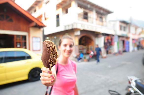ženska drži sladoled