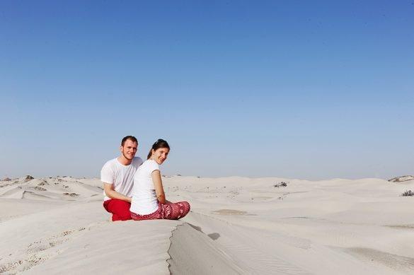 moški in ženska sedita na beli sipini, Sugar Dunes, Oman
