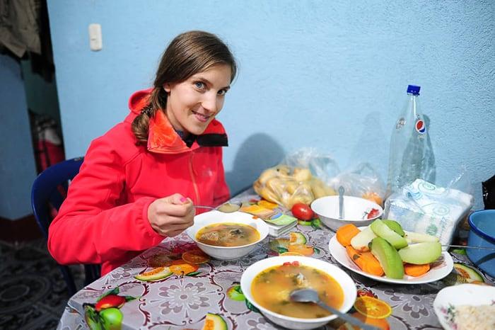 ženska pri večerji