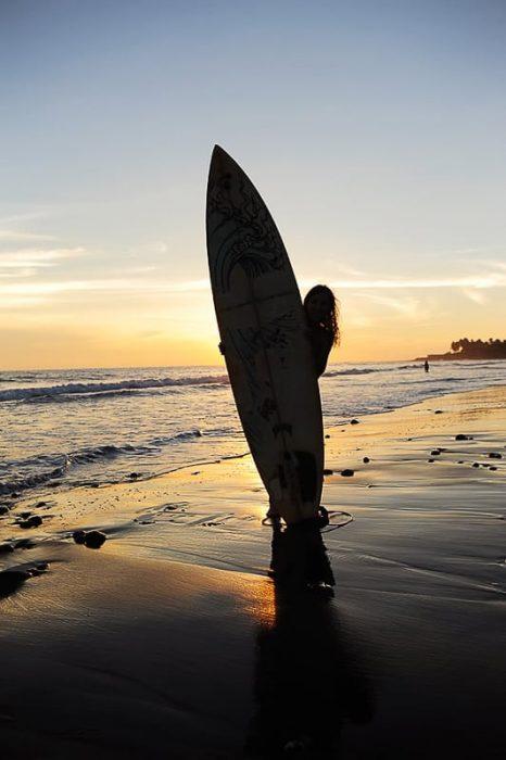 ženska s surfom