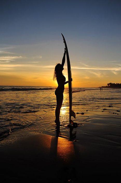 ženska ob surfu El Tunco