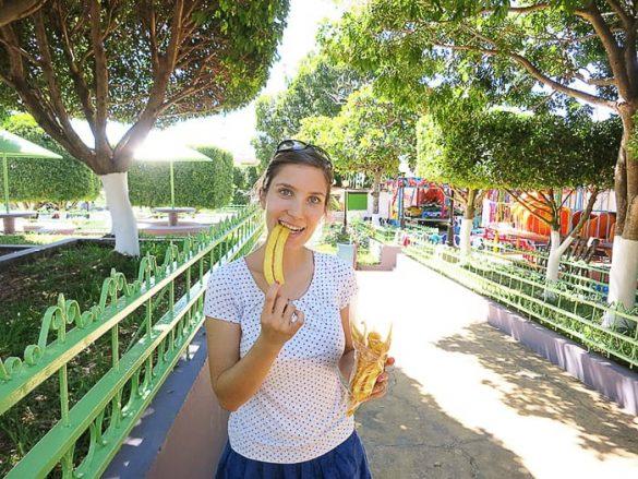 ženska z ocvrtimi bananami